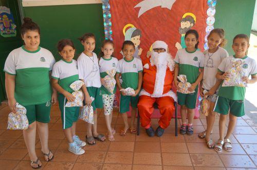 Papai Noel entrega presentes nas escolas de Leópolis