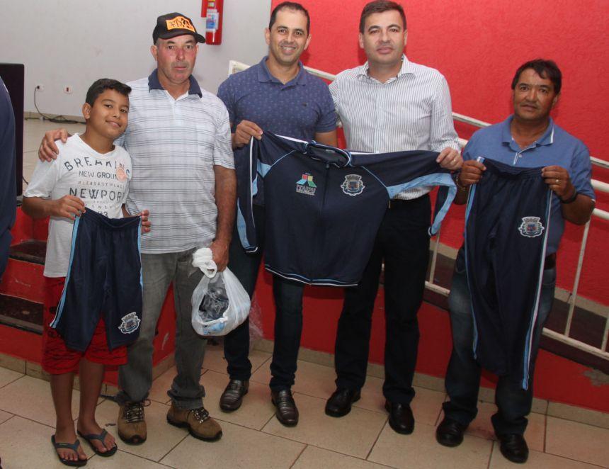 Governo Municipal de Jesuítas entrega uniformes para os alunos da Rede Municipal de Ensino