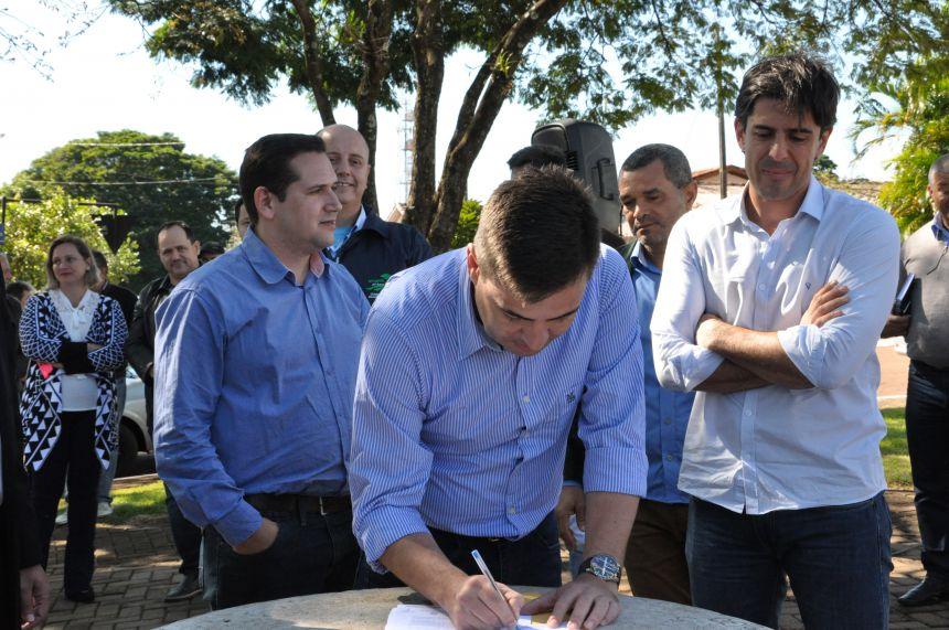 Junior Weiller, Sérgio Souza, André Bueno e várias autoridades do Estado e regionais participam de inauguração e entrega de ônibus.