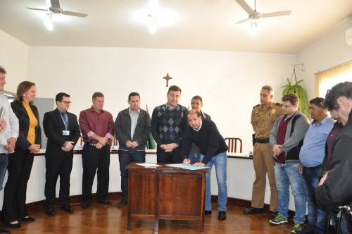 Prefeito Junior Weiller assina autorização para o início das obras