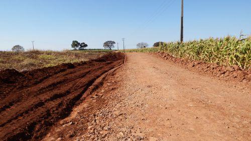 Estradas Rurais recebem pavimentação poliédrica e cascalhamento