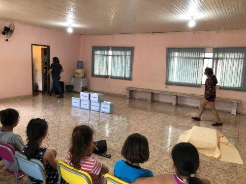 Crianças e adolescentes do Carajá assistem a peça teatral sobre o tema