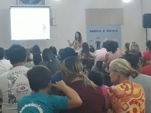 Palestra aborda o tema e busca aproximar os pais das atividades escolares