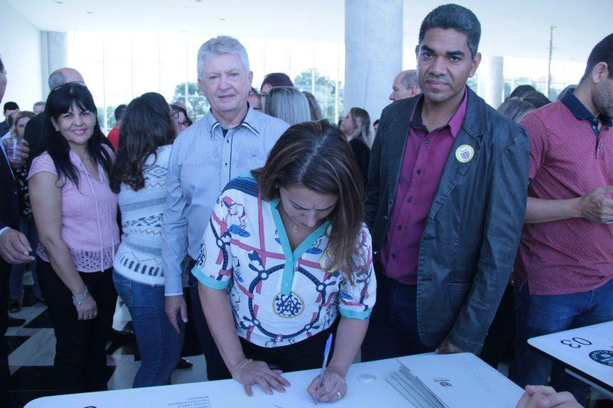 Prefeito Dr. Franus assina convênio para reforma das escolas do Central Santa Cruz