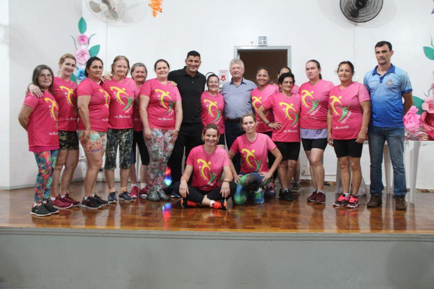 """Participantes do projeto """"Mulher Cafelandense em Movimento"""" recebem camisetas"""