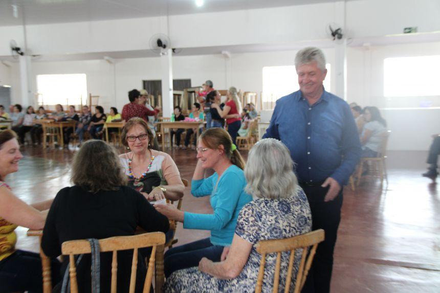 Terceira idade de Cafelândia participa de festas juninas