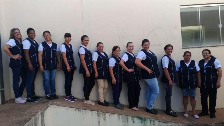 Zeladoras da Secretaria de Saúde de Cafelândia participam de treinamento e recebem uniformes