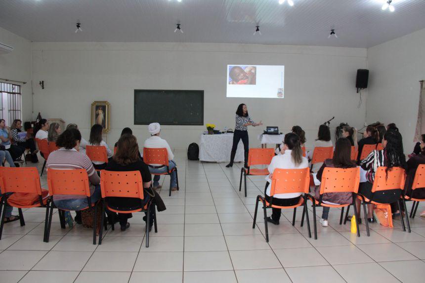 Professores da educação infantil de Cafelândia participam de palestra