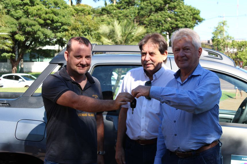 Secretaria de Agricultura de Cafelândia recebe veículo 0 KM