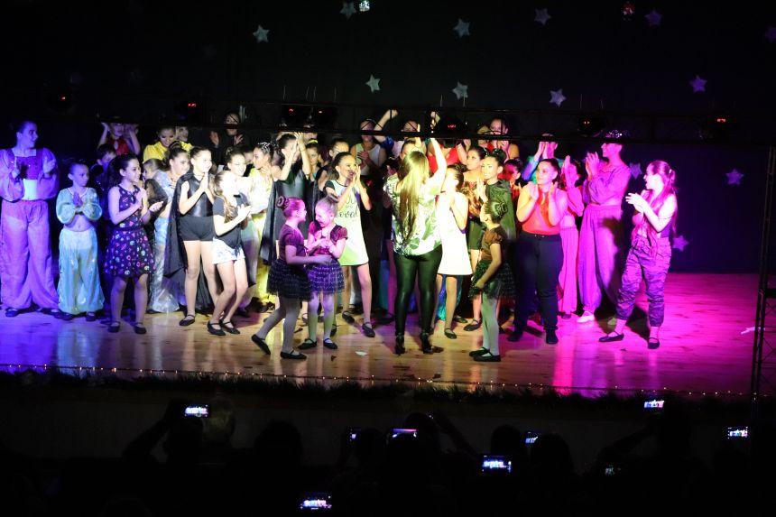 """Espetáculo """"O mundo do Cinema"""" é apresentado pelos alunos da Casa da Cultura de Cafelândia"""