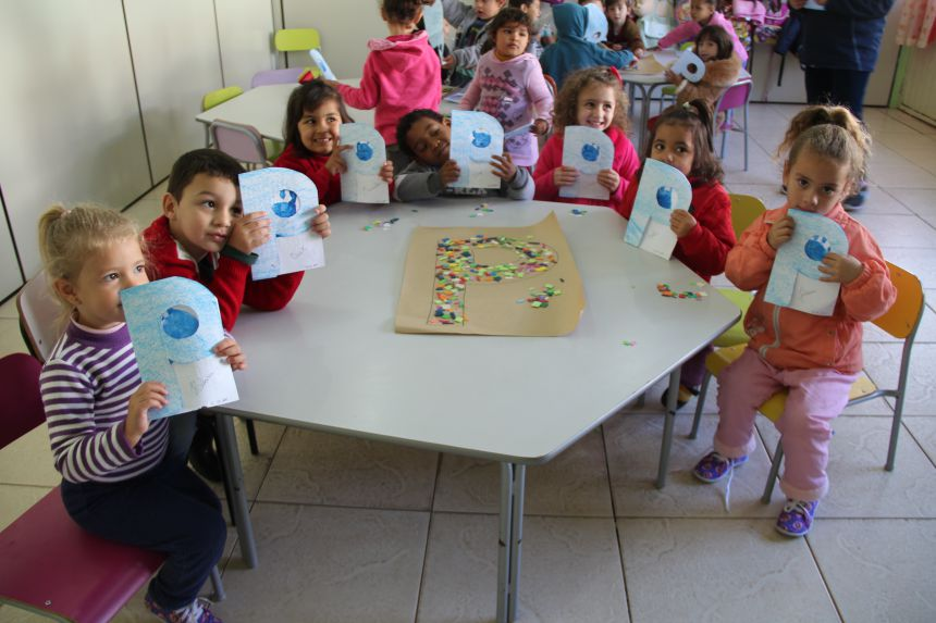 Crianças confeccionam lembrancinhas para os papais