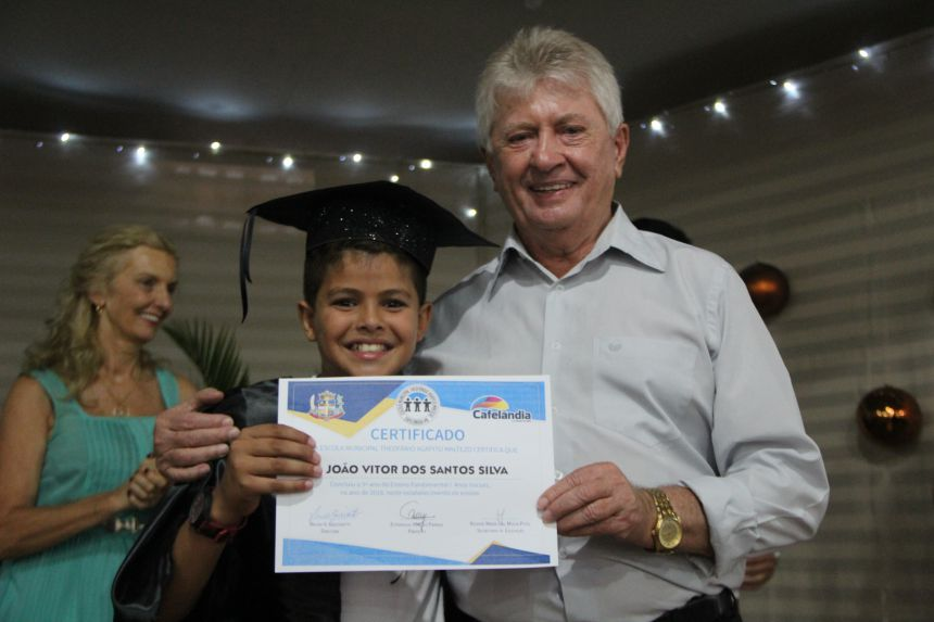 Alunos do 5º ano da Escola Theofânio recebem o certificado de conclusão