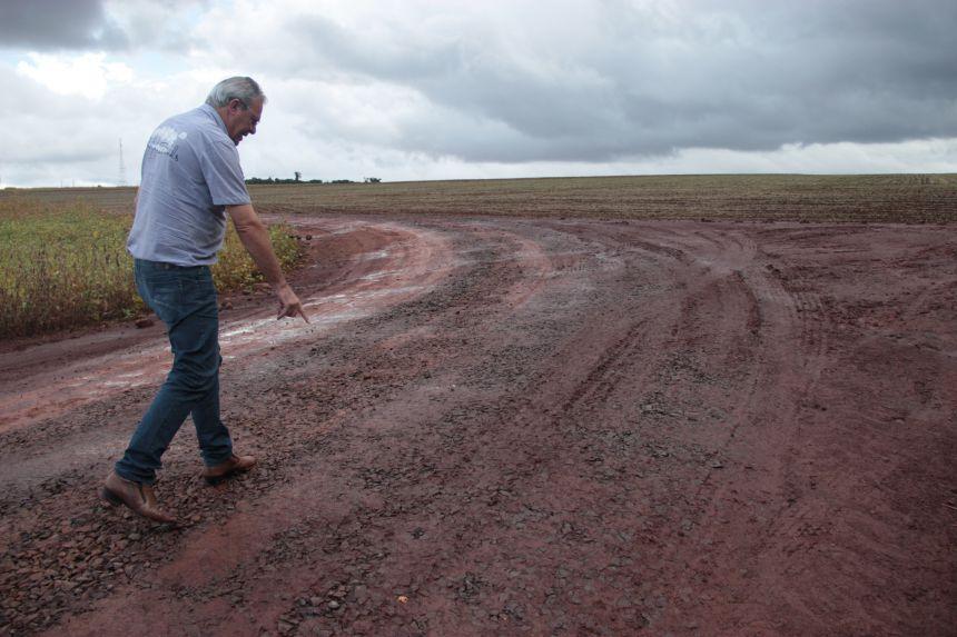 Mesmo com chuvas, trabalho de adequação de estradas rurais não para