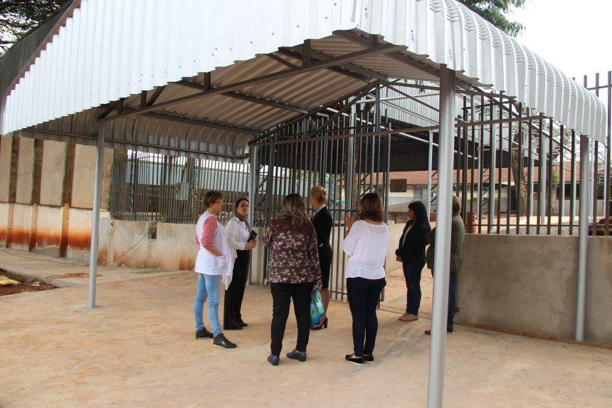 Equipe da Educação de Cafelândia visita obra da cobertura do corredor da Escola Theofânio
