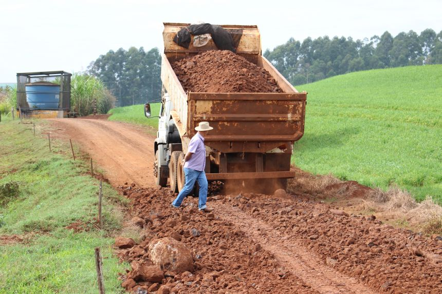 Governo de Cafelândia investe em adequações de estradas rurais