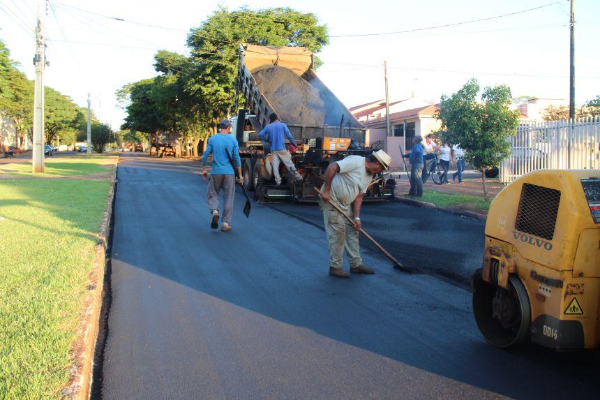 Recape asfáltico é realizado na Avenida Desembargador Munhoz de Mello