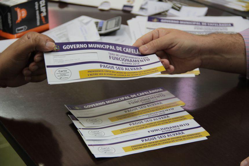 Boletos do ISS e Alvará são entregues aos empresários de Cafelândia