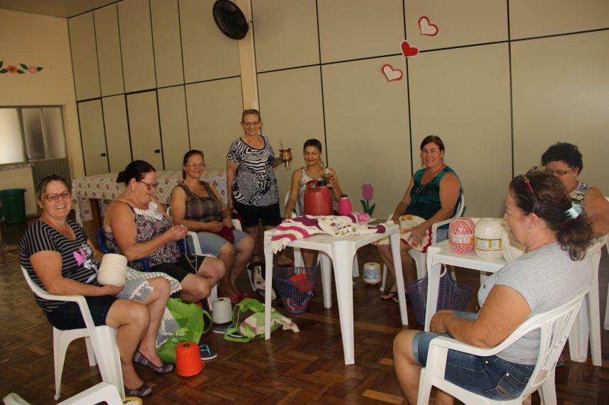 Mulheres se reúnem na APMI para realizar trabalho voluntário