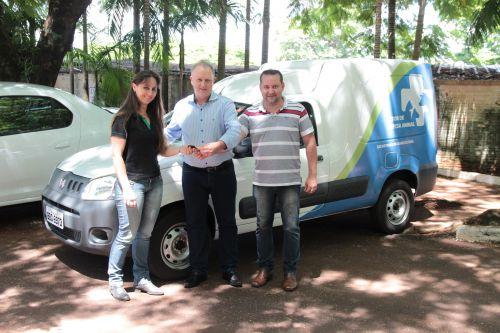 Prefeito em exercício, Lorenço Pierdoná, entrega dois veículos 0km em Cafelândia