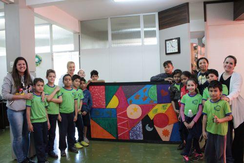 Rozane Pitol recebe presente dos alunos da Escola Municipal Teotônio Vilela