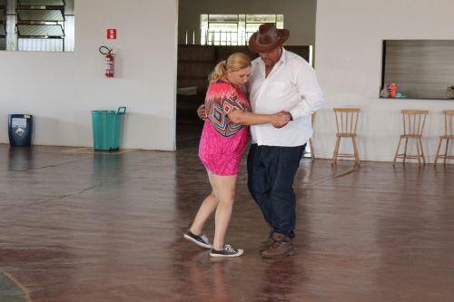 Vovós e Vovós do Central Santa Cruz dançam ao som da Banda A2