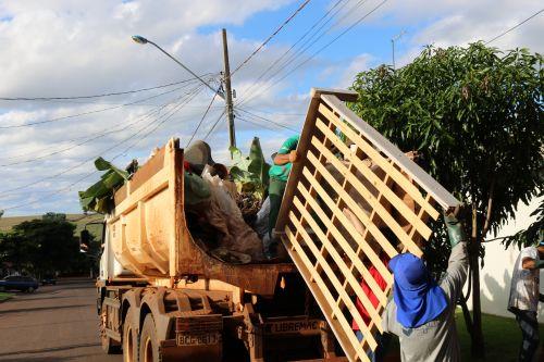 Mais de 400 cargas de lixos são retiradas de lotes em Cafelândia