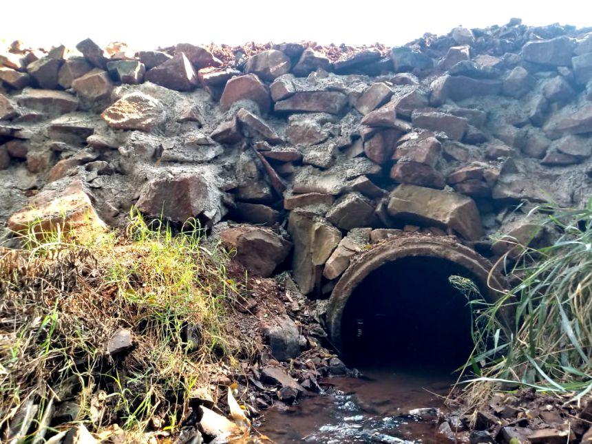 Serviços Rurais atuando para melhorias as estradas em pontes do interior do município