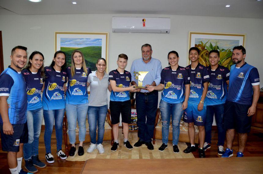 Futsal feminino de Ubiratã é campeão invicto da fase regional dos Jogos Abertos; prefeito Baco recebeu as atletas