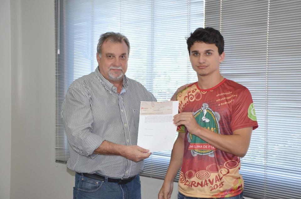 Representante do bloco 'Derramados' recebendo a premiação