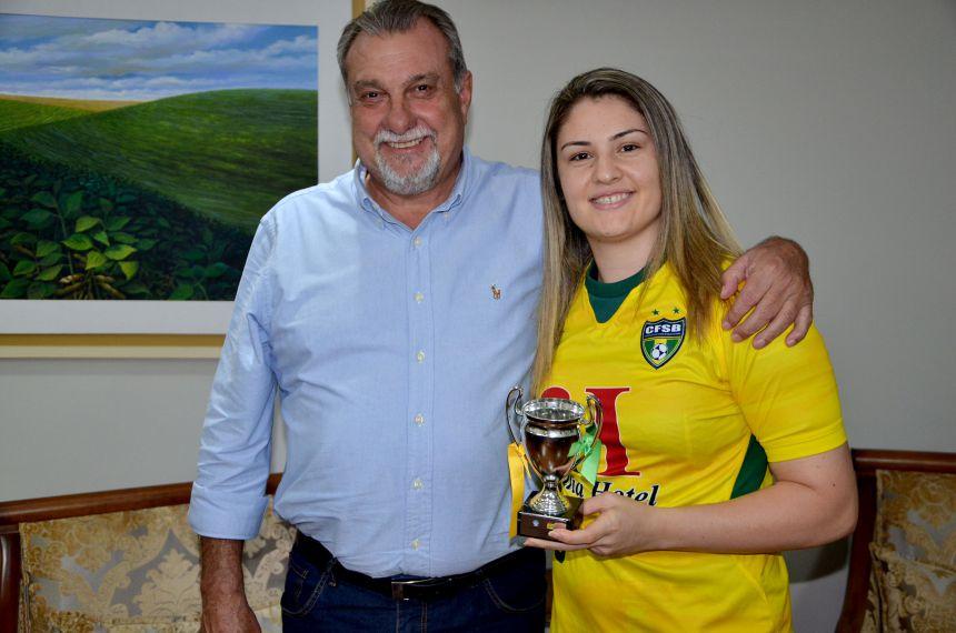 Prefeito Baco recebe atleta de Ubiratã campeã mundial com a Seleção Brasileira de Futebol de Salão Clássica