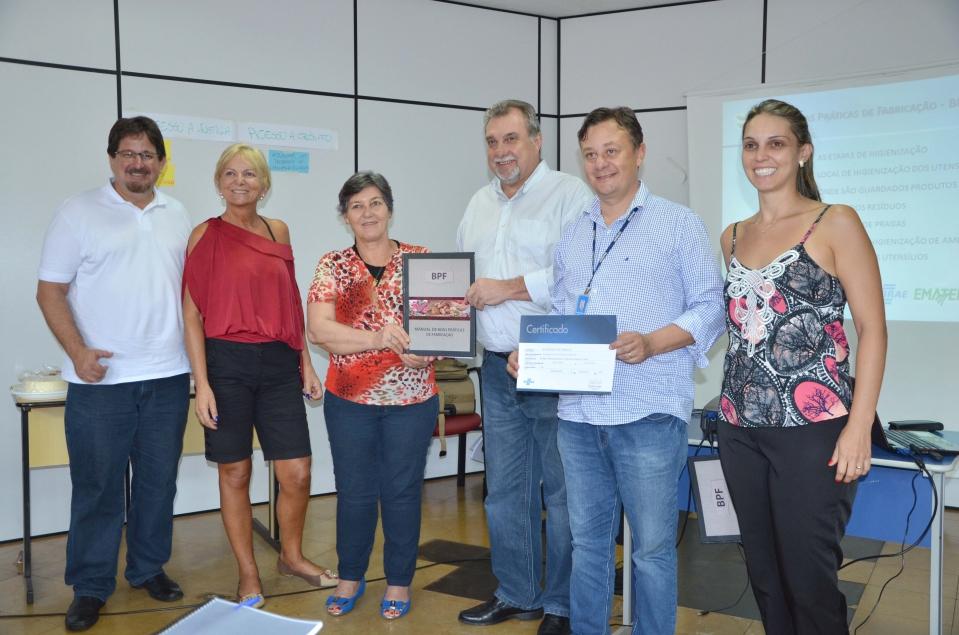 Produtores recebendo o certificado de conclusão do curso