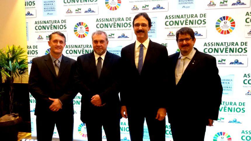"""Prefeito de Ubiratã assina convênios com a Itaipu; Binacional continua investindo """"pesado"""" no munícipio"""