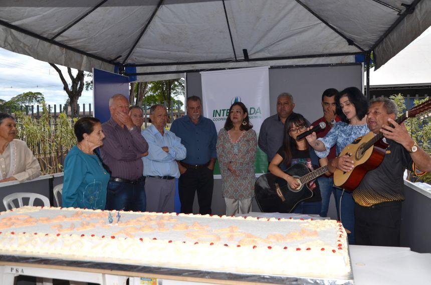 Bolo com 57 quilos foi servido em comemoração ao aniversário de Ubiratã