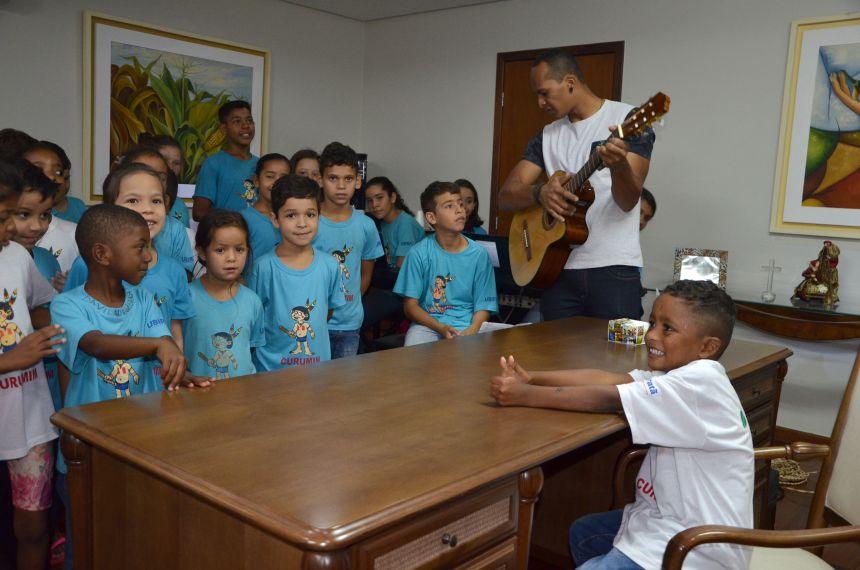 Crianças atendidas pelo Curumim faz apresentação de natal para o prefeito Baco