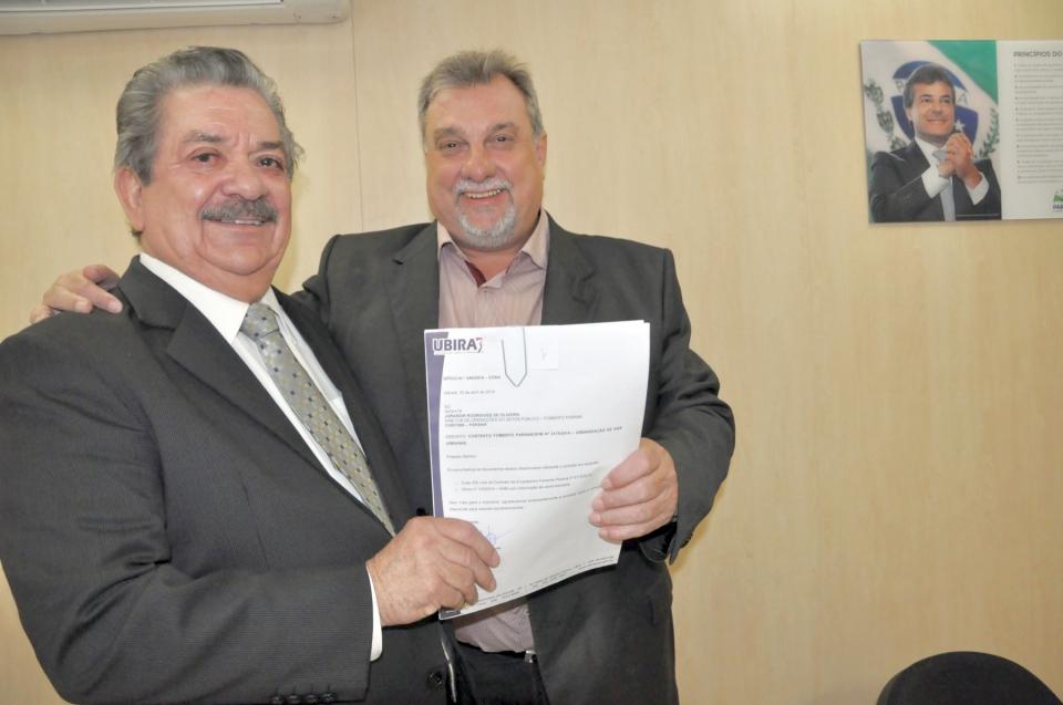 Prefeito Baco esteve na Agência Fomento Paraná para assinar o contrato junto com o diretor de Operações, Jurandir Rodrigues de Oliveira