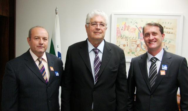 Senador Roberto Requião ladeado pelo vice-prefeito Beraldo e pelo assessor de Convênios, Márcio Vanderlinde
