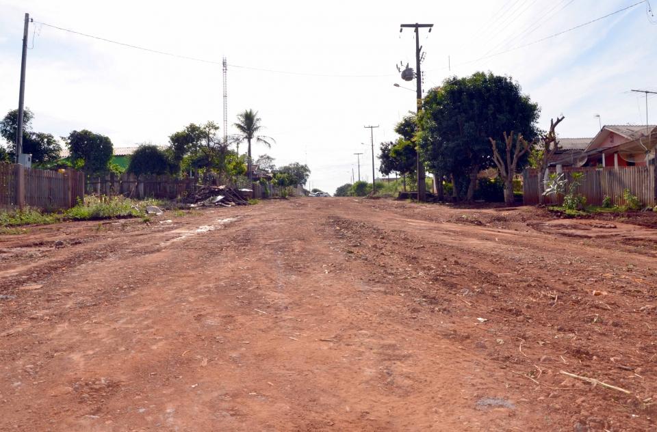 Ruas que ainda não receberam pavimentação foram readequadas para um bom fluxo de pessoas e veículos