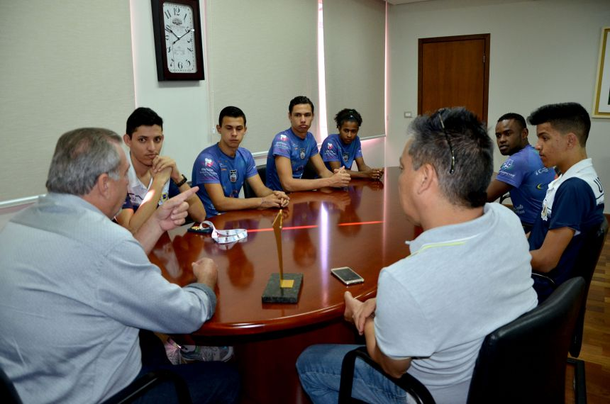 Prefeito Baco recebeu atletas do voleibol que foram campeões da Fase Regional dos Jogos Abertos