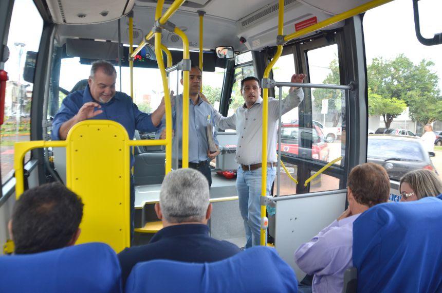 A bordo de um ônibus, prefeito Baco inova no modo de prestar contas sobre obras e ações