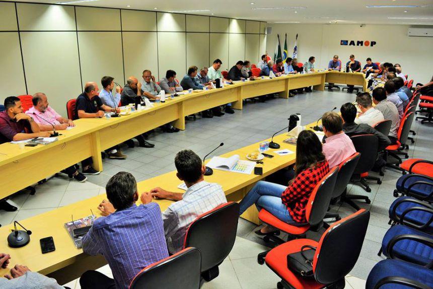 Pavimentação de estradas rurais via Itaipu foi tema de reunião de prefeitos na Amop; Baco participou