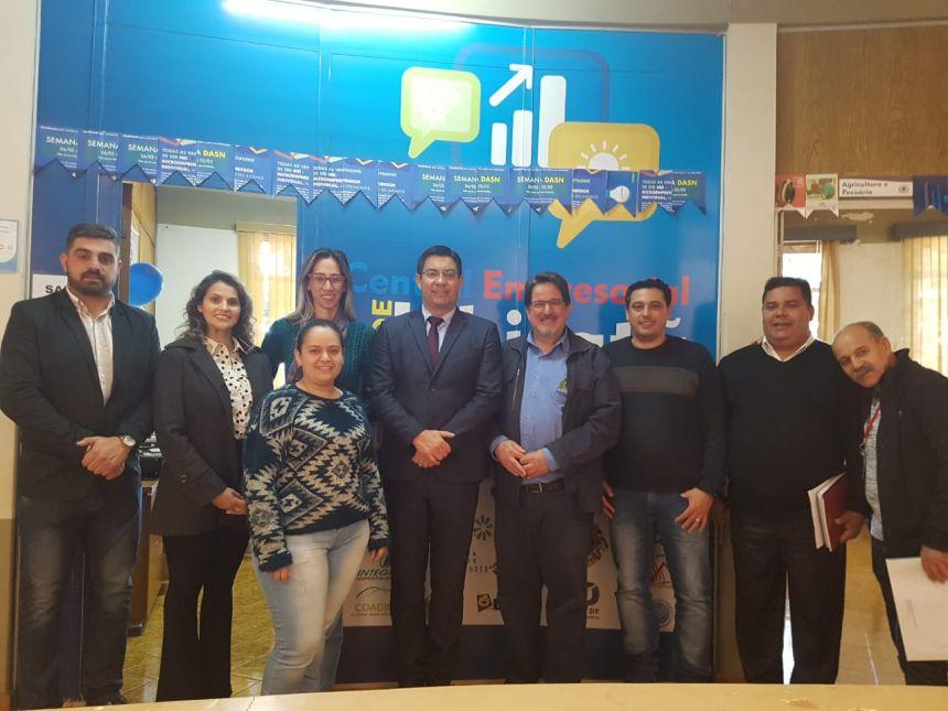 Equipe da Secretaria de Estado da Justiça, Família e Trabalho visita Ubiratã e entrega Menção Honrosa para a Agência do Trabalhador