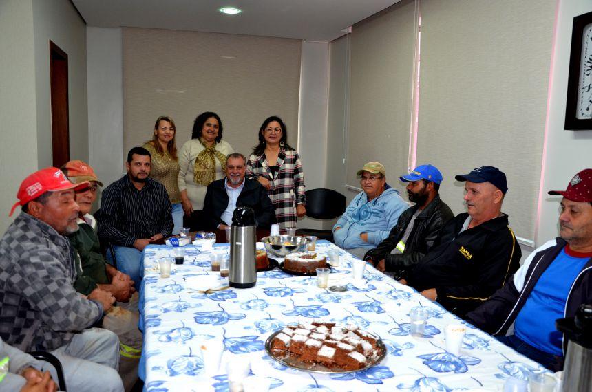 Garis participam de café da manhã no gabinete do prefeito