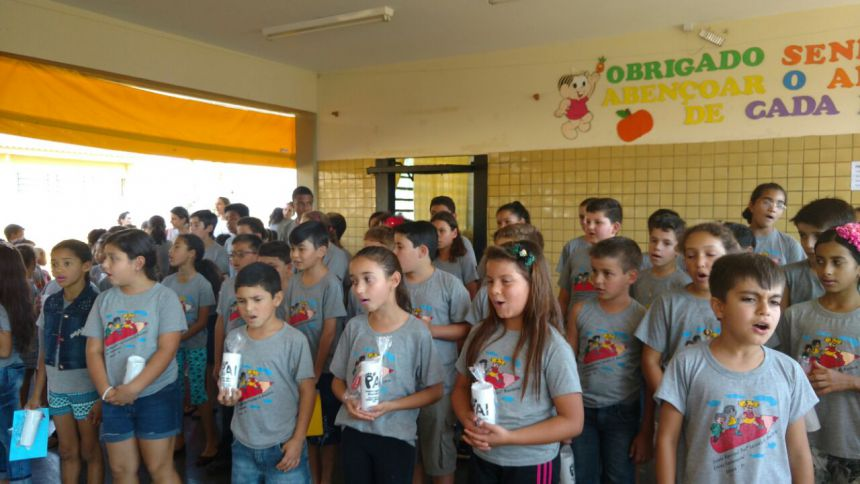 Escola Municipal Lucinéia Braciforte homenageia pais com apresentações