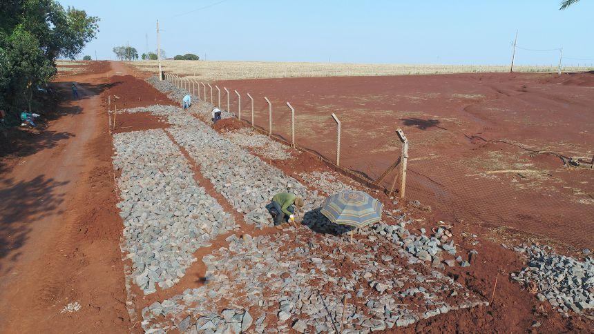 Administração municipal faz calçamento poliédrico em trecho da Estrada Vitória
