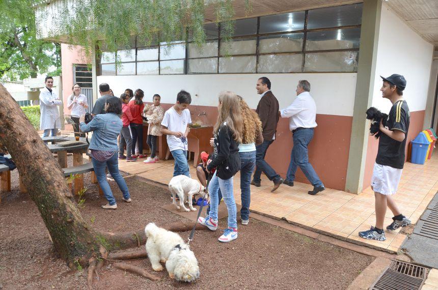 """Prefeito Baco visita colégio Padre Jorge e conhece projeto """"24 horas na escola"""""""