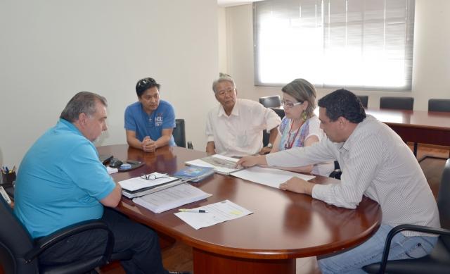 Secretário de Obras, Reginaldo Retamiro, explica como é o projeto para a praça que vai homenagear a comunidade japonesa de Ubiratã