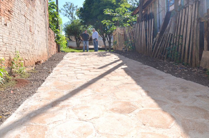 Município constrói calçadas em vielas da Vila Recife com material reaproveitado da Praça Pio XII