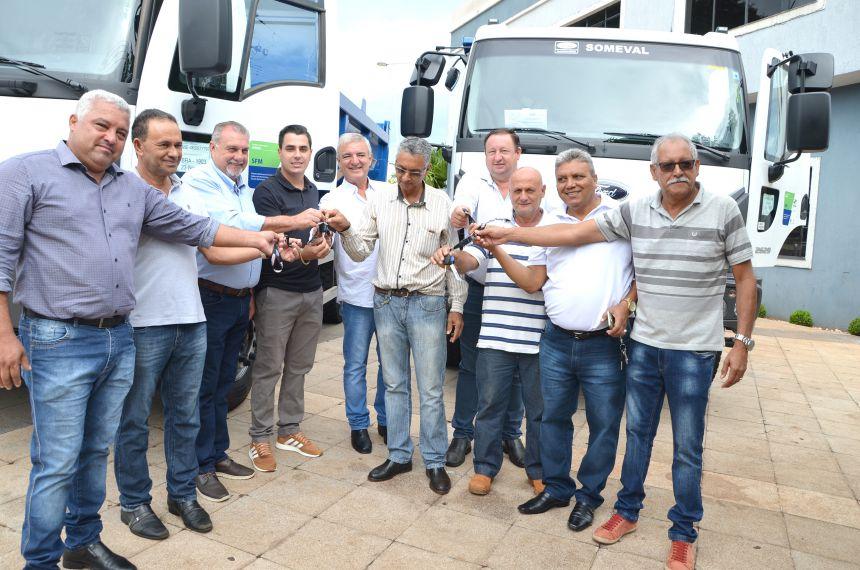 Administração municipal adquiriu dois automóveis e dois caminhões caçamba trucados e traçados