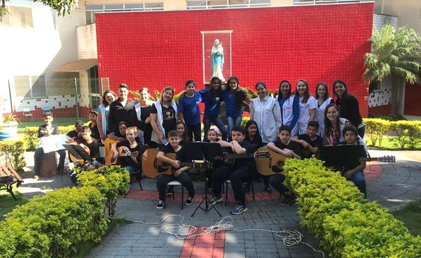 Alunos da Escola Municipal Cleide Maria Zampronio visitam Uopeccan e levam alegria aos pacientes