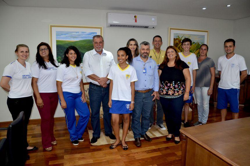 Alunos da AABB Comunidade que tiveram desenhos publicados na capa da agenda 2018 visitam prefeito Baco
